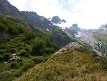 Ajardine com vista às montanhas alpinas em Suíça, Unterstock, Urbachtal Foto de Stock