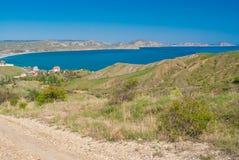 Ajardine com vista da estrada rochosa que conduz da reserva Kara-dag natural ao pagamento Kotebel Imagem de Stock