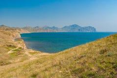Ajardine com vista do cabo de Meganome à baía do Fox e à cordilheira Kara-Dag vulcânica Imagens de Stock Royalty Free