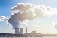 Ajardine com vista do central nuclear da lagoa refrigerando Imagem de Stock