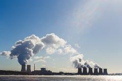 Ajardine com vista do central nuclear da lagoa refrigerando Foto de Stock