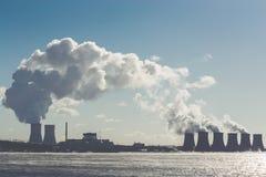 Ajardine com vista do central nuclear da lagoa refrigerando Nuvens Fotografia de Stock Royalty Free