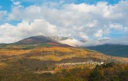 Ajardine com vista em montanhas crimeanas sob um céu nebuloso Foto de Stock Royalty Free