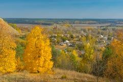 Ajardine com vista na vila de Chervlene do monte o mais próximo, oblast do sumskaya, Ucrânia Imagem de Stock Royalty Free