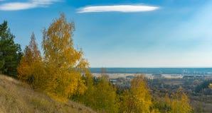 Ajardine com vista na vila de Chervlene do monte o mais próximo, oblast do sumskaya, Ucrânia Fotografia de Stock Royalty Free