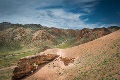 Ajardine com vista nas montanhas e nos montes com estradas do cruzamento Imagem de Stock Royalty Free