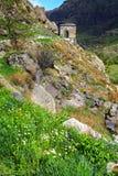 Ajardine com vistas do monastério da caverna de Vardzia (Gruziya) Fotos de Stock Royalty Free