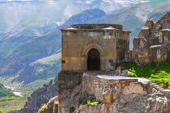 Ajardine com vistas do monastério da caverna de Vardzia & x28; Gruziya& x29; Foto de Stock Royalty Free