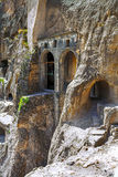 Ajardine com vistas do monastério da caverna de Vardzia & x28; Gruziya& x29; Imagens de Stock Royalty Free