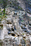 Ajardine com vistas do monastério da caverna de Vardzia & x28; Gruziya& x29; Fotografia de Stock Royalty Free