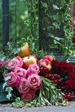 Ajardine a composição de flores e de frutos cor-de-rosa, vermelhos Foto de Stock Royalty Free