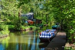 Ajardine con barge adentro el área de Spreewald, Alemania fotos de archivo