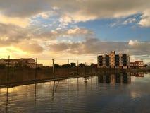 Ajardine con ciertas casas y reflejo en una piscina imágenes de archivo libres de regalías