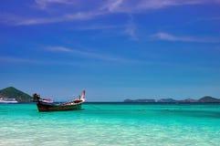 Ajardine con el barco de madera del longtail de la pesca en el mar tropical del mediodía con agua de la turquesa Concepto del pai fotografía de archivo
