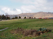 Ajardine con el cementerio y las montañas, Jelenia Gora, Polonia Fotografía de archivo libre de regalías