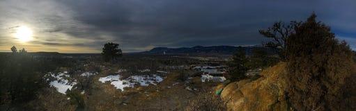 Ajardine con el cielo azul y los ?rboles en Colorado imagen de archivo libre de regalías