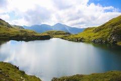 Ajardine con el lago grande, en la mucha altitud en montaña Foto de archivo libre de regalías