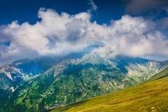 Ajardine con el pico de Mohoru de las montañas de Parang Fotografía de archivo libre de regalías