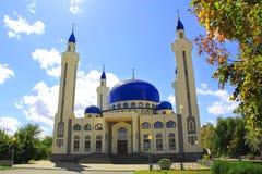 Ajardine con el templo del Islam de la Rusia del sur fotos de archivo