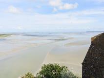 Ajardine con la bahía del canal inglés en la marea Imágenes de archivo libres de regalías