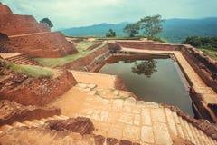 Ajardine con la charca antigua de la ciudad de Sigiriya, de ruinas y del área arqueológica en Sri Lanka Sitio del patrimonio mund Foto de archivo libre de regalías