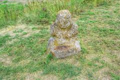 Ajardine con la escultura antigua en la estepa, prado floreciente de la piedra de Scythian Imagenes de archivo