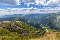 Ajardine con la montaña y las nubes agradables en Krkonose en República Checa Imagen de archivo libre de regalías