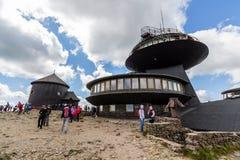 Ajardine con la montaña y las nubes agradables en Krkonose en República Checa Imagenes de archivo