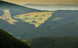 Ajardine con la montaña y las nubes agradables en Krkonose en República Checa Fotografía de archivo