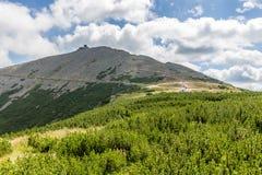 Ajardine con la montaña y las nubes agradables en Krkonose en República Checa Imagen de archivo