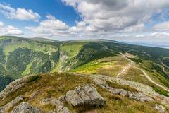 Ajardine con la montaña y las nubes agradables en Krkonose en República Checa Foto de archivo libre de regalías