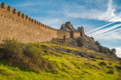 Ajardine con la pared antigua de la fortaleza Genoese en Sudak, Crimea, Ucrania Imagen de archivo