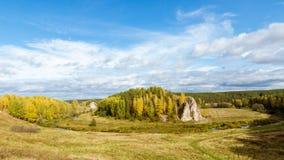 Ajardine con la roca por el río en otoño, Foto de archivo