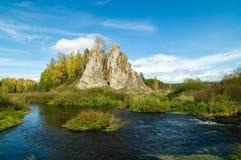 Ajardine con la roca por el río en otoño, Fotografía de archivo libre de regalías