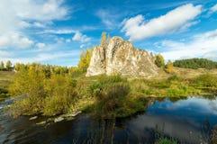 Ajardine con la roca por el río en otoño, Imagen de archivo libre de regalías