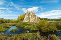 Ajardine con la roca por el río en otoño, Fotos de archivo