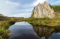 Ajardine con la roca por el río en otoño, Foto de archivo libre de regalías