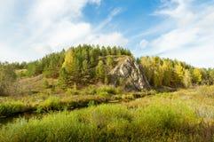 Ajardine con la roca por el río en otoño, Fotos de archivo libres de regalías