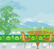 Ajardine con las montañas y los cisnes en el lago Foto de archivo libre de regalías