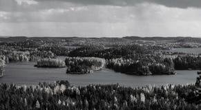 Ajardine con los lagos en Finlandia durante el otoño blanco y negro Fotos de archivo