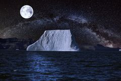 Ajardine con noche estrellada y una Luna Llena fotografía de archivo libre de regalías