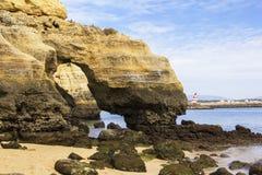 Ajardine a costa das grutas do ouro de Lagos no Algarve e no Oceano Atlântico Fotografia de Stock Royalty Free