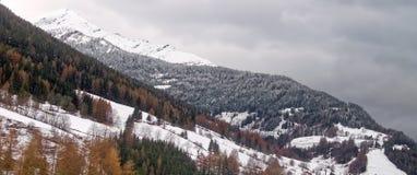 Ajardine cumes italianos com montanhas nevado e o céu nebuloso Fotografia de Stock Royalty Free