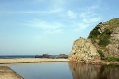 Ajardine da boca do rio Butamata e o Mar Negro na praia em Sinemorets, Bulgária Fotos de Stock