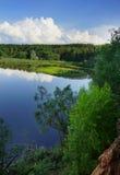 Ajardine da parte superior da montanha à ilha em uma curvatura do rio, da floresta e do céu nebuloso, a vista de cima para baixo Imagem de Stock Royalty Free