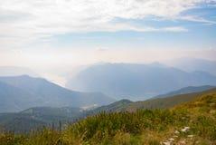 Ajardine da parte superior de uma montanha com o lago no fundo Fotos de Stock