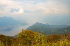 Ajardine da parte superior de uma montanha com o lago no fundo Imagem de Stock