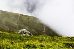 Ajardine das montanhas de Bucegi, em Romênia em um dia muito nevoento Fotografia de Stock Royalty Free