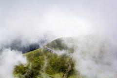 Ajardine das montanhas de Bucegi, em Romênia em um dia muito nevoento Fotografia de Stock