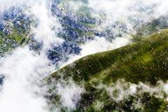 Ajardine das montanhas de Bucegi, em Romênia em um dia muito nevoento Imagem de Stock Royalty Free